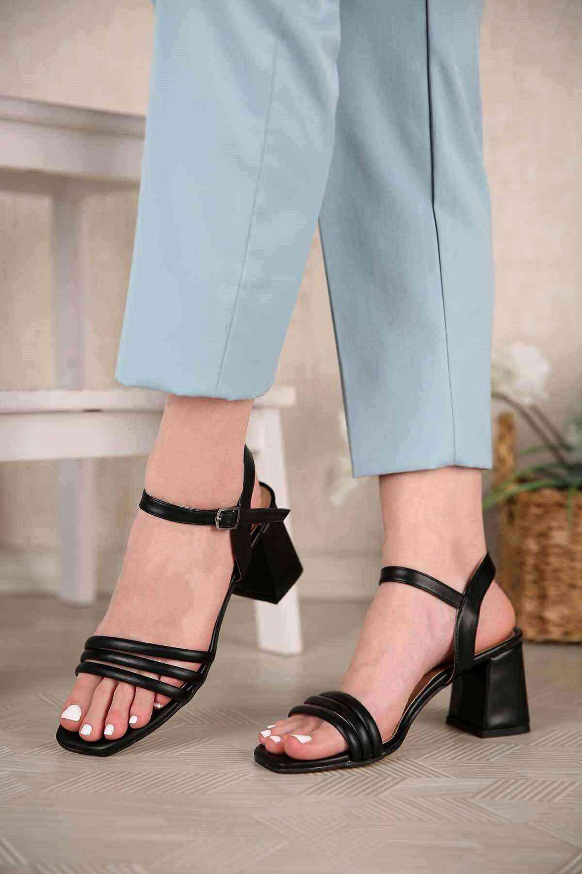 Siyah 3 Bant Bilekten Bağlı Kadın Topuklu Ayakkabı