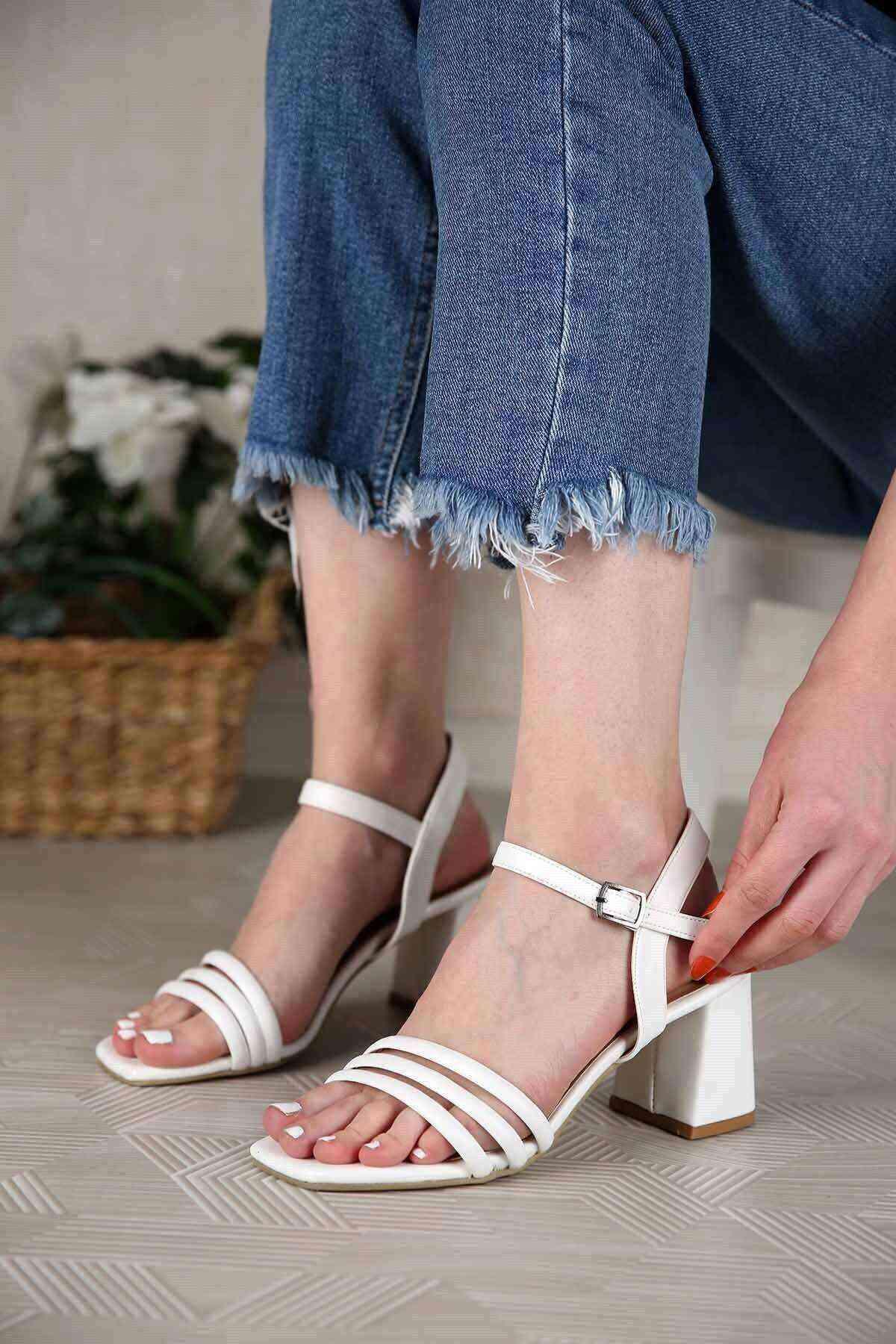 Beyaz 3 Bant Bilekten Bağlı Kadın Topuklu Ayakkabı